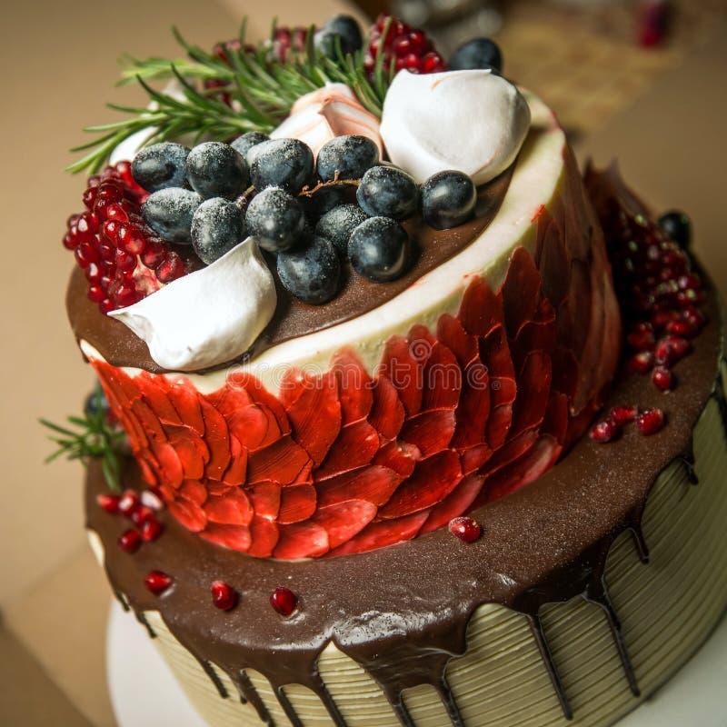Pastel de queso de la fruta del bosque del cumpleaños con el chocolate de fusión imagenes de archivo