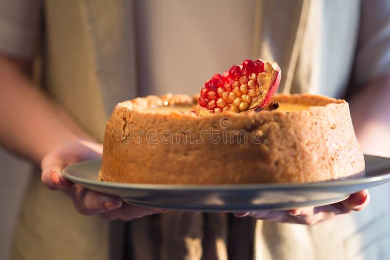 Pastel de queso de la naranja de la Navidad Receta tradicional de la torta del invierno del pastel de queso festivo de la Navidad fotografía de archivo