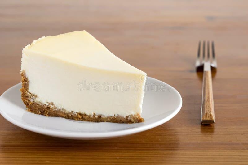 Pastel de queso llano perfecto en la placa blanca fotos de archivo