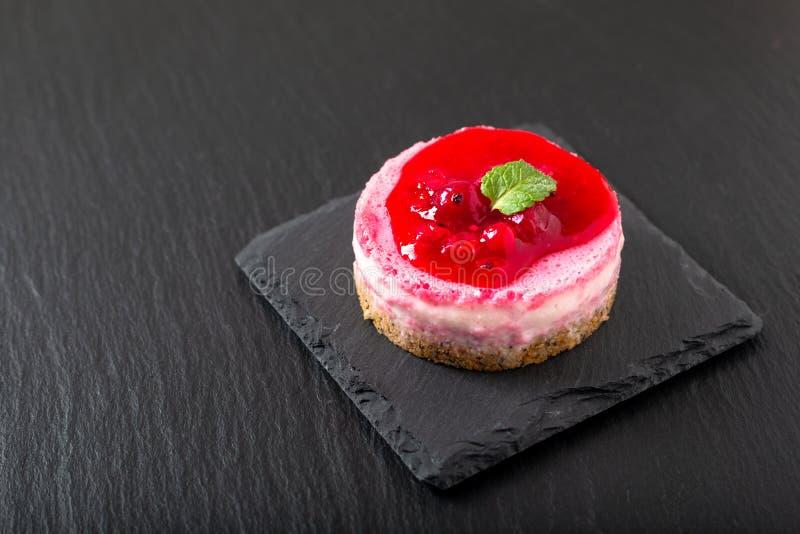 Pastel de queso orgánico hecho en casa de la crema batida de las pasas rojas del concepto de la comida con el espacio de la copia fotos de archivo libres de regalías