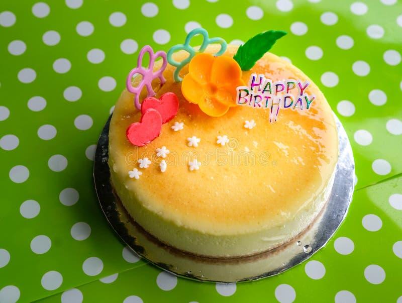 Pastel de queso para el cumpleaños foto de archivo