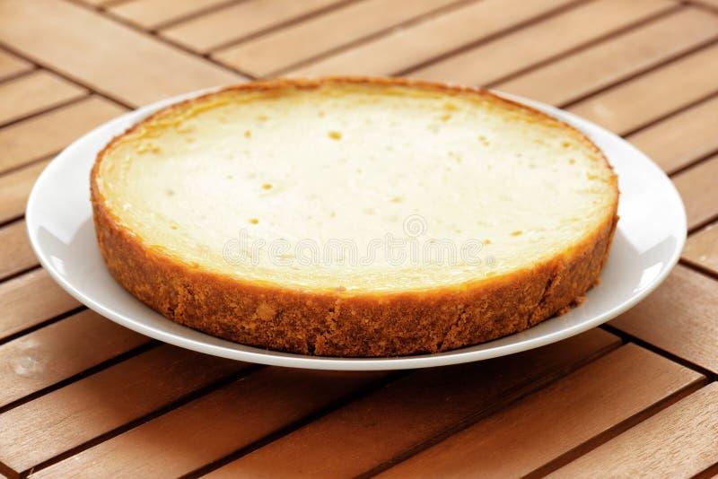 Pastel de queso recientemente cocido en la tabla de madera Postre dulce fotos de archivo libres de regalías