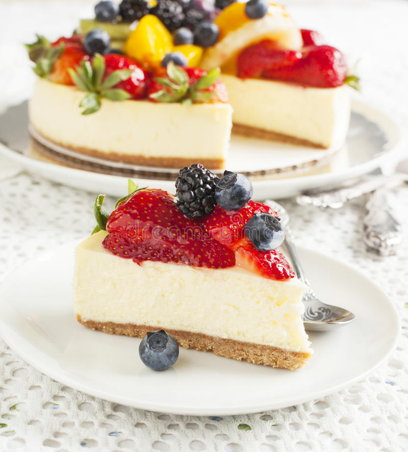 Pastel de queso rematado con las bayas y las frutas fotografía de archivo libre de regalías