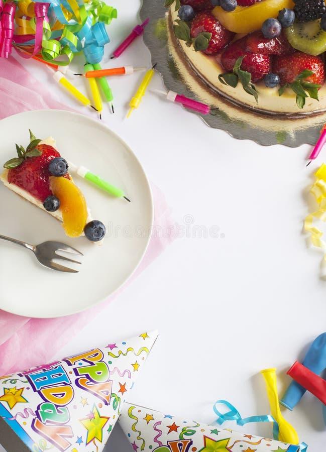 Pastel de queso rematado con las bayas y las frutas frescas imagen de archivo