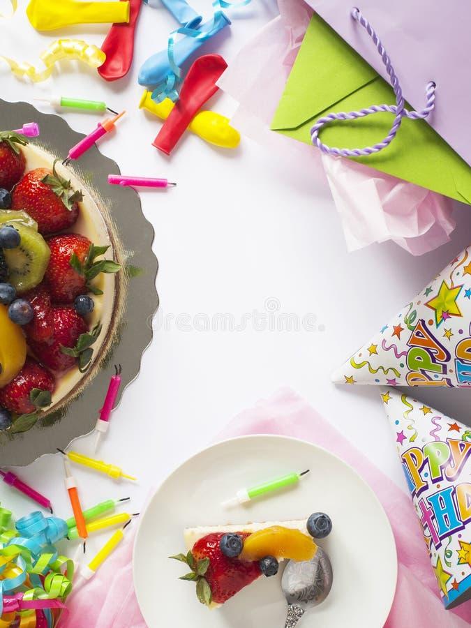 Pastel de queso rematado con las bayas y las frutas frescas imagen de archivo libre de regalías