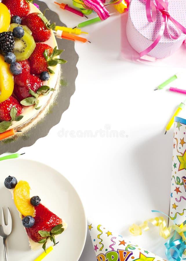 Pastel de queso rematado con las bayas y las frutas frescas fotos de archivo