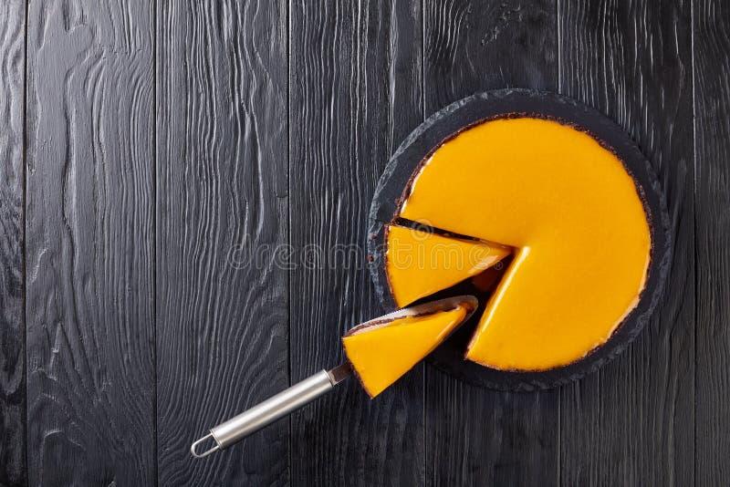 Pastel de queso sabroso del mango del chocolate, cierre para arriba imagen de archivo libre de regalías
