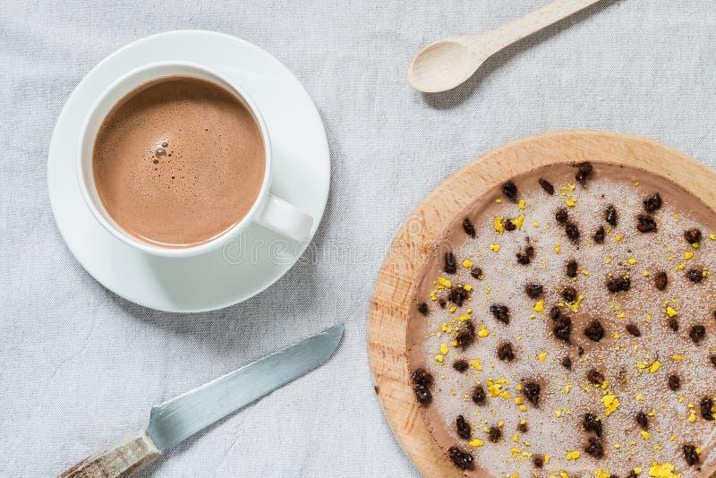 Pastel de queso sano crudo con el chocolate del vegano Mesa de desayuno Visión superior imagen de archivo libre de regalías