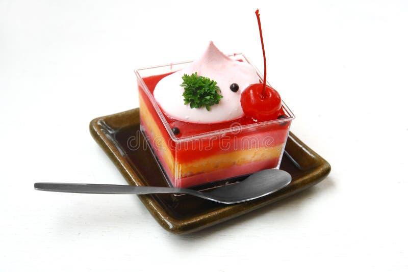 Pastel de queso y cuchara de la fresa fotografía de archivo