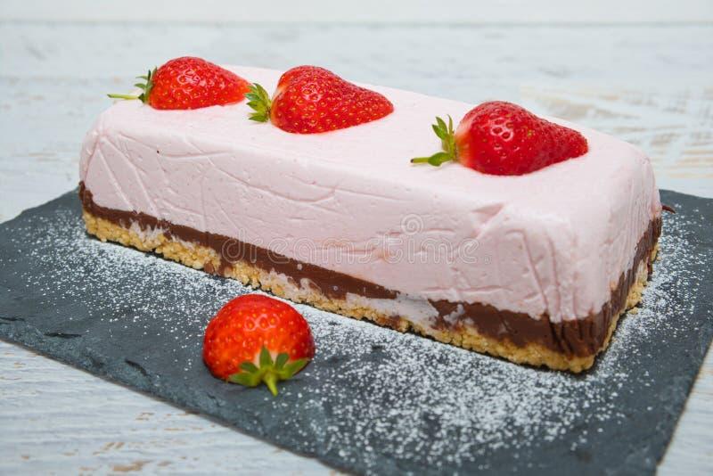 Pastel de yogur de fresa de chocolate decorado con frutas frescas imagenes de archivo