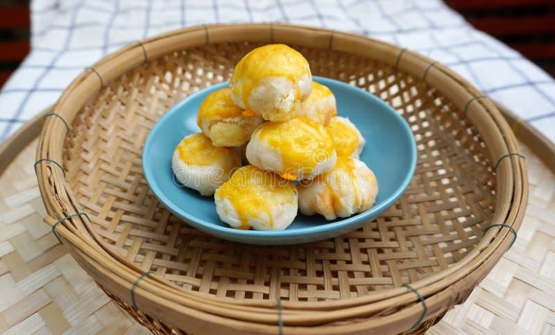 Pastelaria chinesa com gema salgada fotografia de stock royalty free