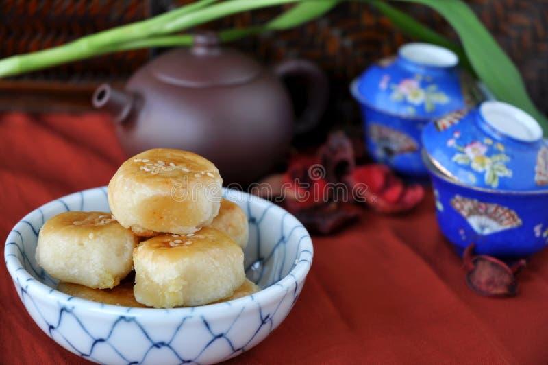 Pastelaria chinesa com grupo de chá no fundo fotografia de stock