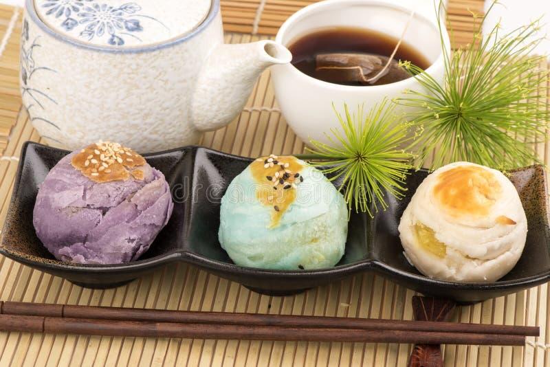 Pastelaria chinesa e chá chinês, pratos dos doces de China imagens de stock