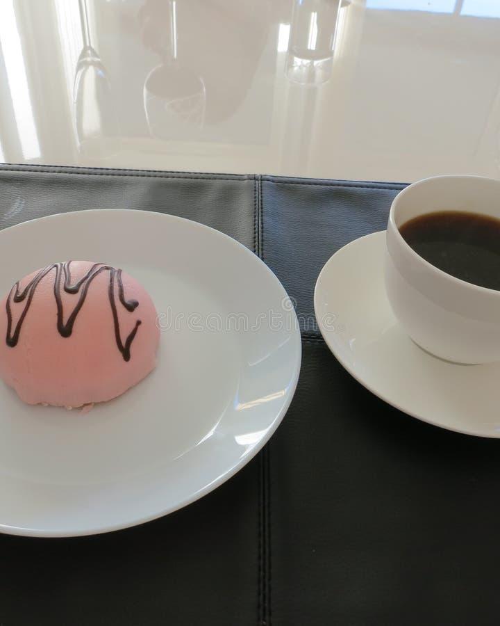 Pastelaria com mazipan cor-de-rosa e a decoração do chocolate imagem de stock
