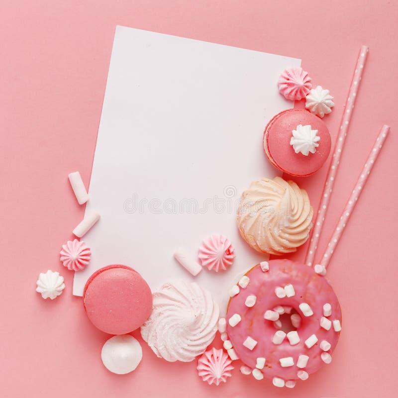 Pastelaria, confeitos e doces da cozinha em um fundo cor-de-rosa Vista superior Copie o espaço imagens de stock royalty free