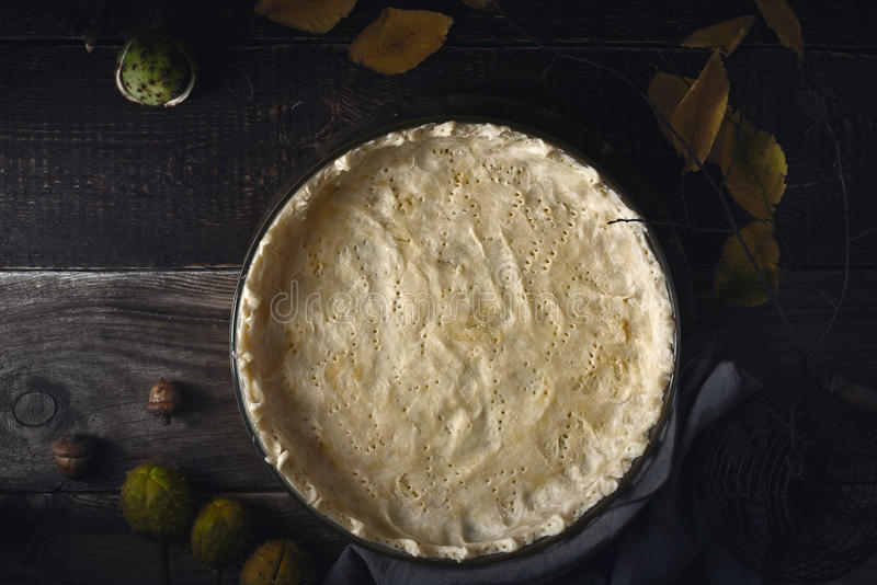 Pastelaria crua do shortcrust no prato do cozimento na opinião de tampo da mesa de madeira fotos de stock