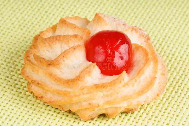 Pastelaria da amêndoa com cereja cristalizada foto de stock
