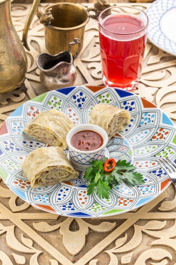 Pastelaria da torta de carne com as cebolas e as batatas trituradas da carne na tabela oriental fotos de stock