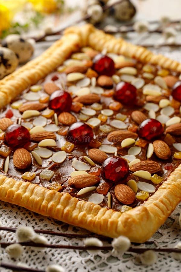 A pastelaria de Mazurek, bolo polonês tradicional da Páscoa feito da pastelaria do shortcrust, falsifica o creme do caramelo, o f imagem de stock royalty free