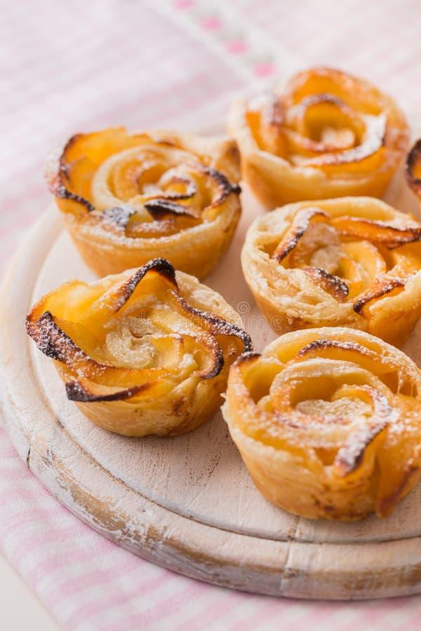 Pastelaria deliciosa de maçã, em forma de rosa, em painéis de madeira foto de stock royalty free
