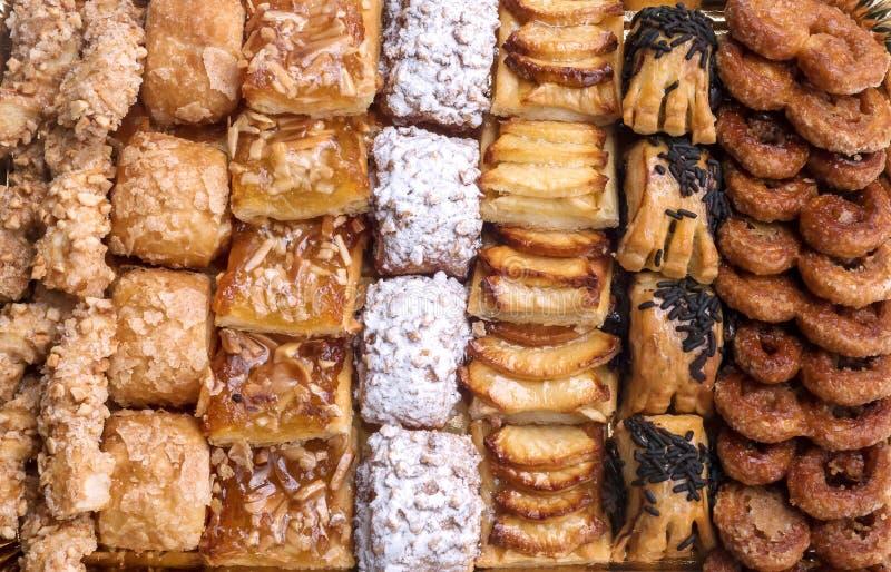 Pastelaria doce, massa folhada com açúcar pulverizado, com pinhões, com o doce feito da abóbora de Sião, foto de stock