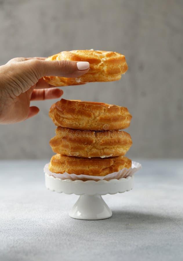 Pastelaria dos choux dos Eclairs imagens de stock royalty free