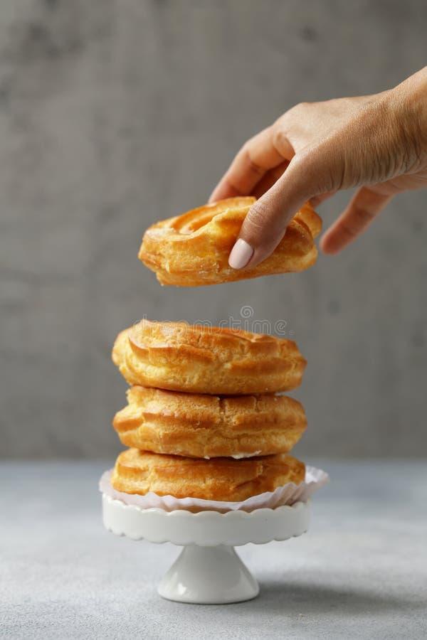 Pastelaria dos choux dos Eclairs fotos de stock