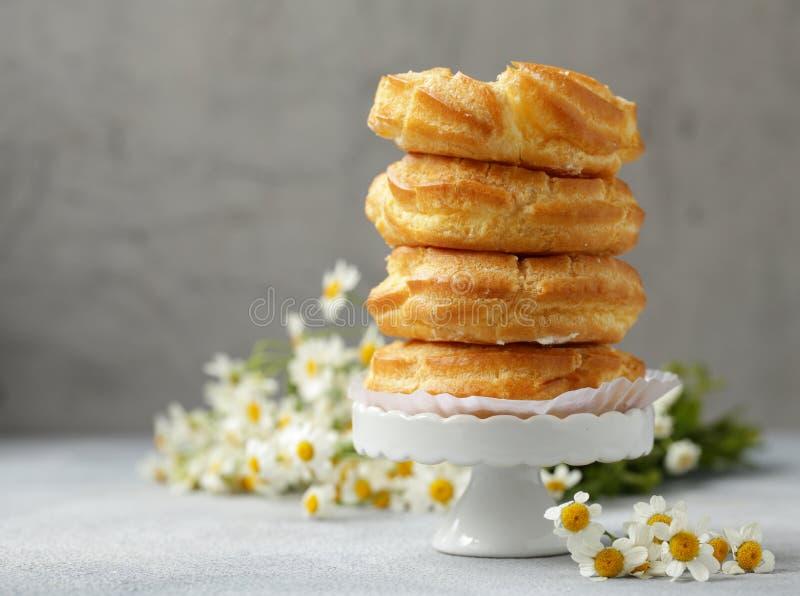 Pastelaria dos choux dos Eclairs imagem de stock royalty free