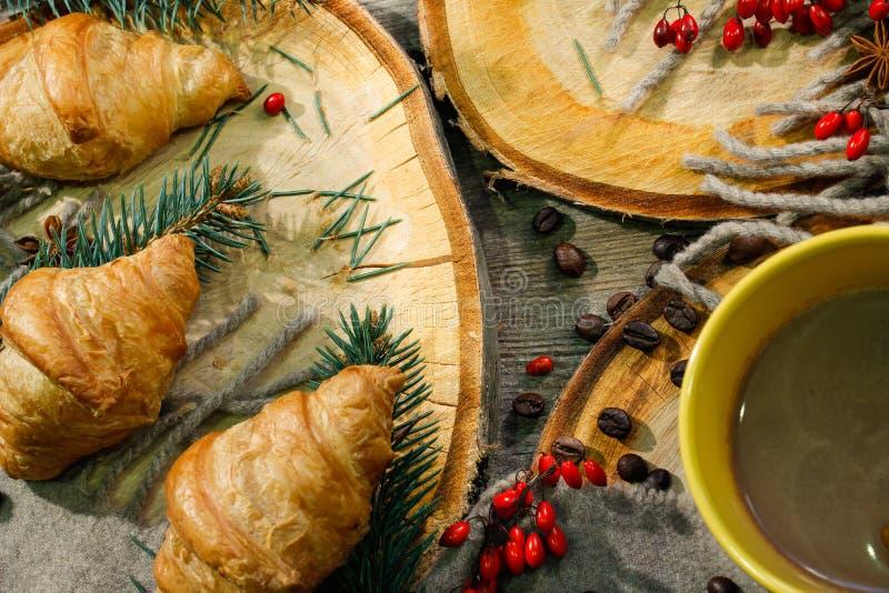 Pastelarias do Natal ou do ano novo, croissant com uma bebida de aquecimento, café Conceito dos feriados de inverno Decorações do foto de stock