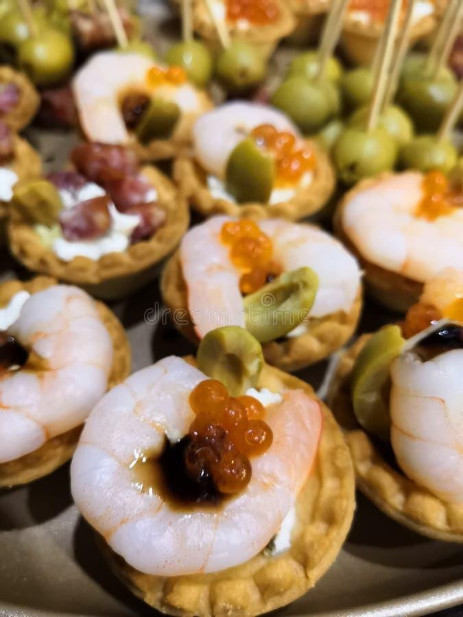 Pastelarias do Tartlet sob a forma de uma cesta pequena com camarão foto de stock
