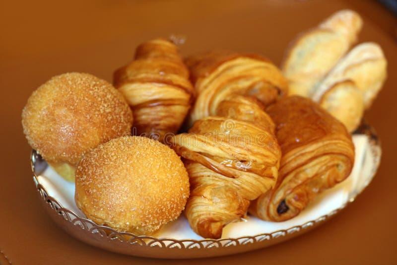 Pastelarias francesas deliciosas super, croissant e pão branco fotografia de stock