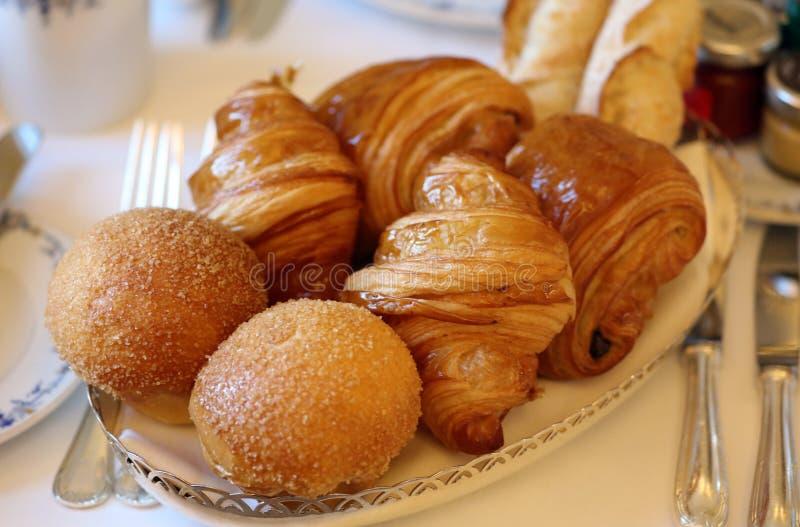 Pastelarias francesas deliciosas super, croissant e pão branco imagem de stock