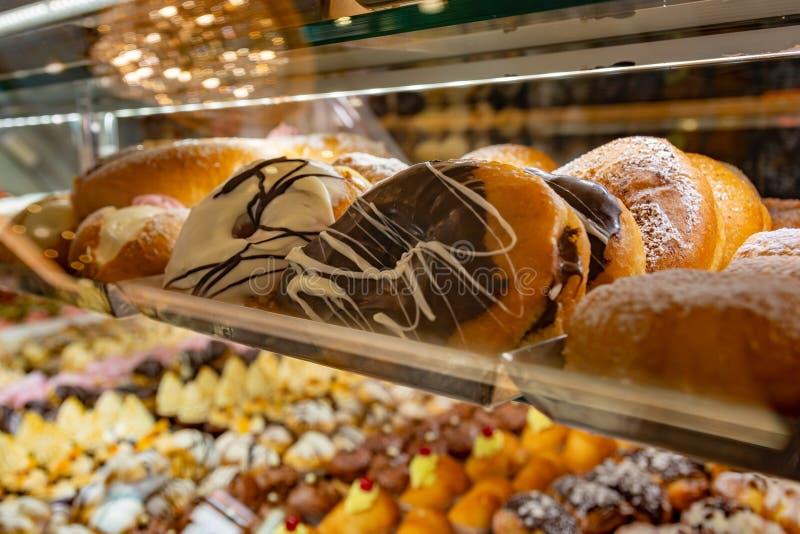 Pastelarias sicilianos italianas com chocolate e creme branco fotografia de stock royalty free