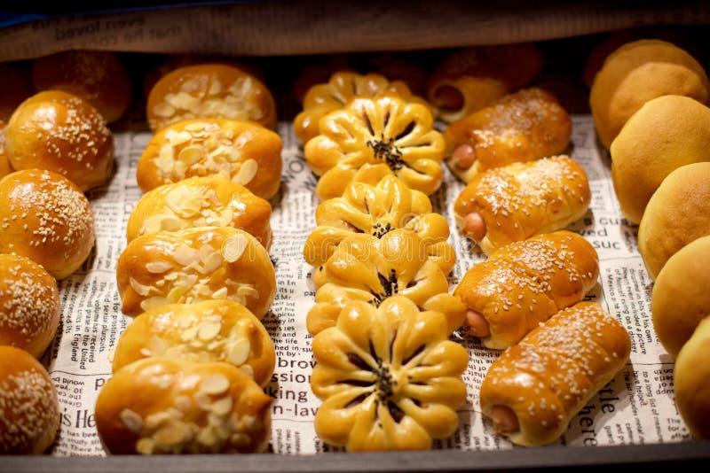Pastelarias sortidos no bufete fotos de stock