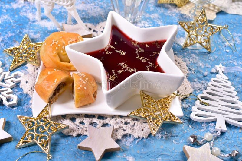 Pastelarias vermelhas do borscht e do cogumelo para a Noite de Natal imagem de stock