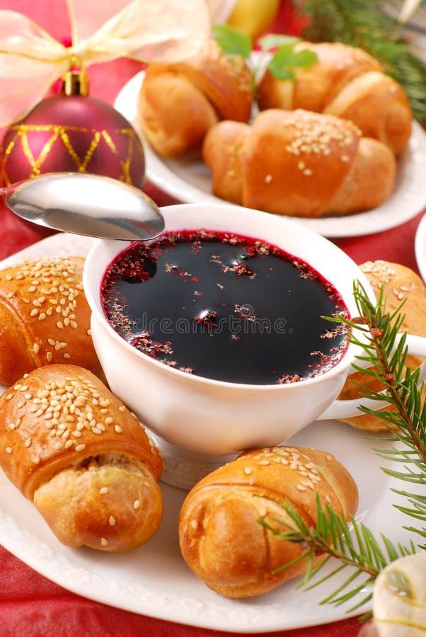 Pastelarias vermelhas do borscht e do fermento para o Natal fotografia de stock royalty free