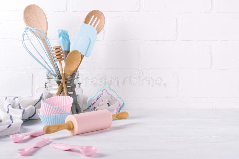 Pasteleiro do local de trabalho, ingredientes de alimento e acessórios para fazer as sobremesas, fundo para o texto foto de stock royalty free