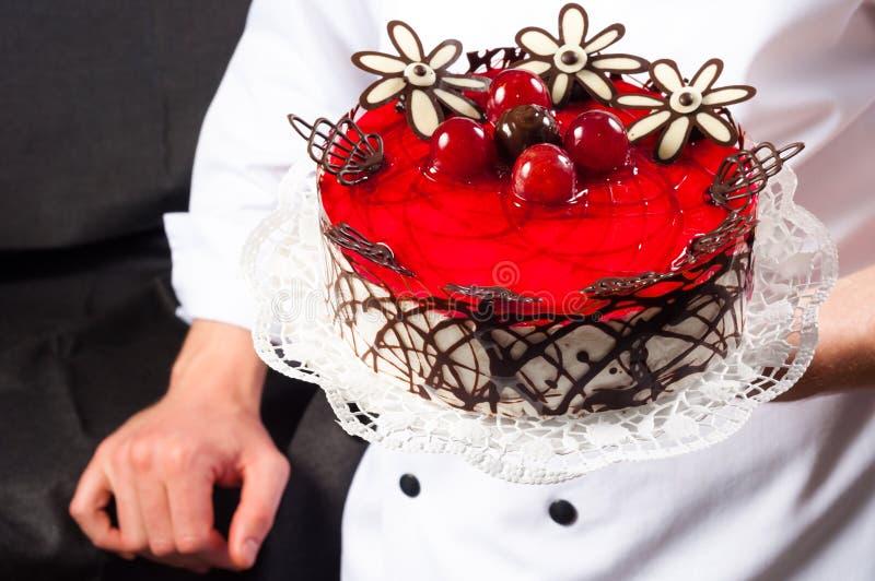 Download Pasteleiro e um bolo imagem de stock. Imagem de redondo - 26512773