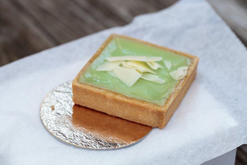 Pasteles agrios verdes de Keylime con una corteza de la galleta y un chocolat blanco fotografía de archivo libre de regalías