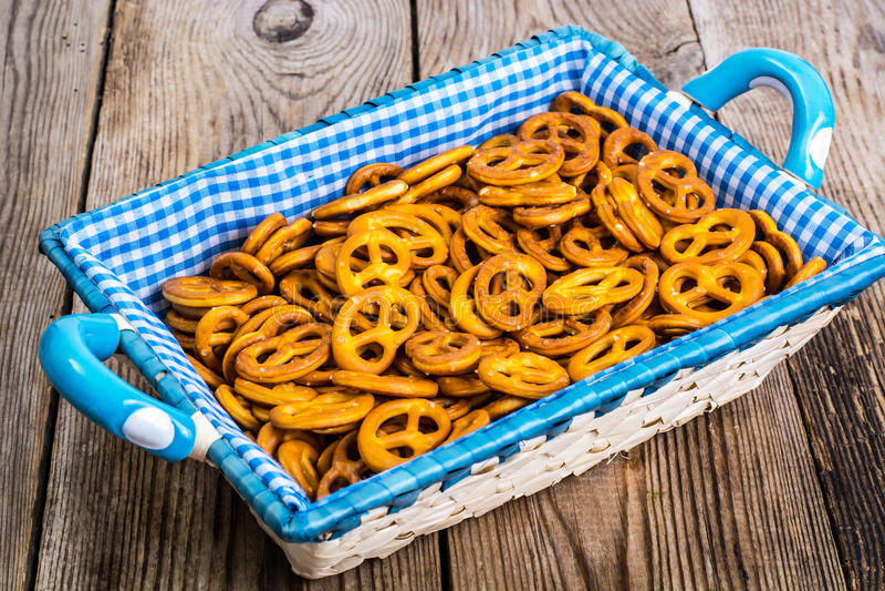 Pasteles alemanes tradicionales de los pretzeles en un fondo de madera imagen de archivo