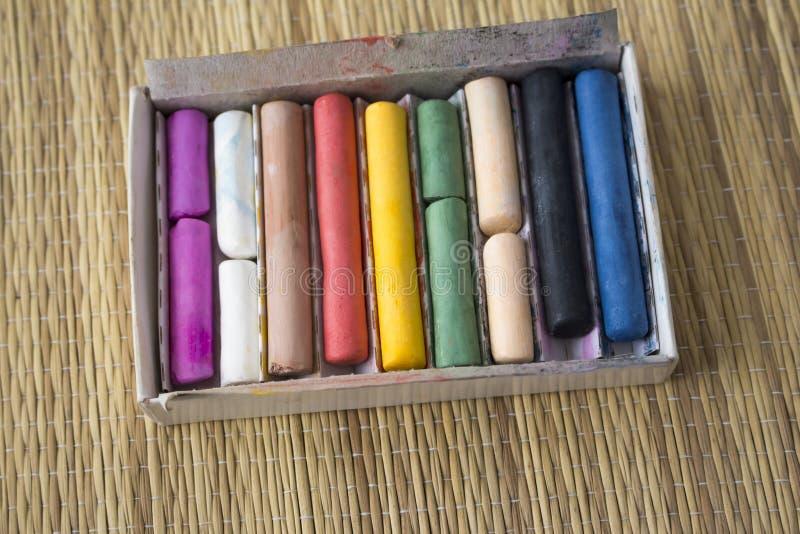 Pasteles coloreados de la tiza en una caja fotografía de archivo libre de regalías