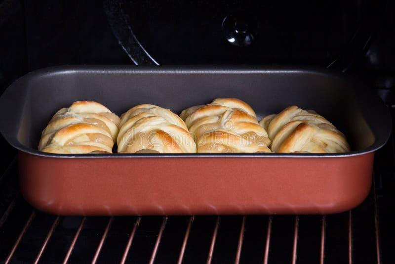 Pasteles con el atasco de la manzana en horno imagen de archivo libre de regalías