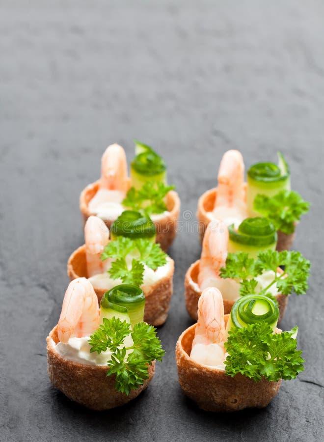 Pasteles curruscantes salados de los croustades rellenos con el queso cremoso y p foto de archivo