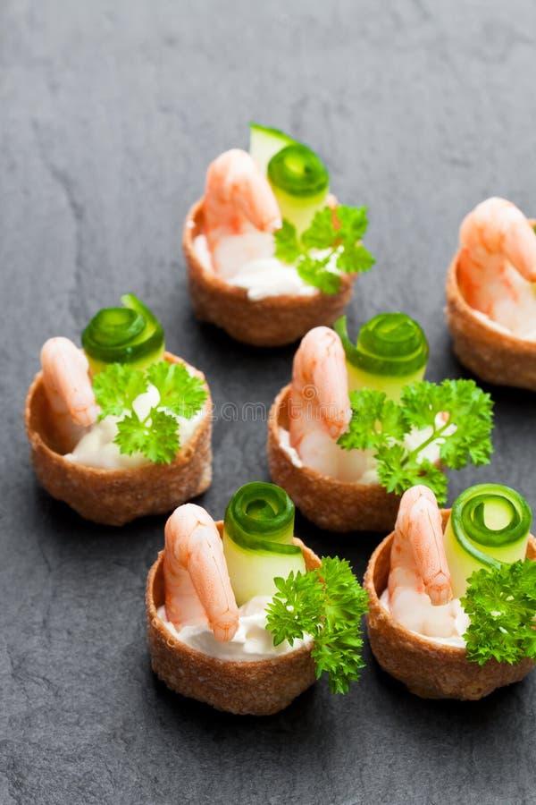 Pasteles curruscantes salados de los croustades rellenos con el queso cremoso y p imágenes de archivo libres de regalías