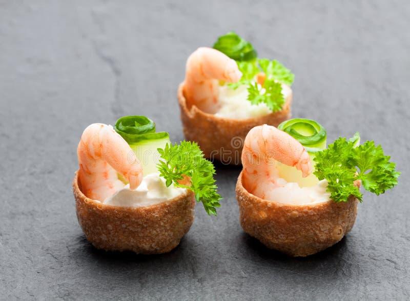 Pasteles curruscantes salados de los croustades rellenos con el queso cremoso y p fotografía de archivo libre de regalías