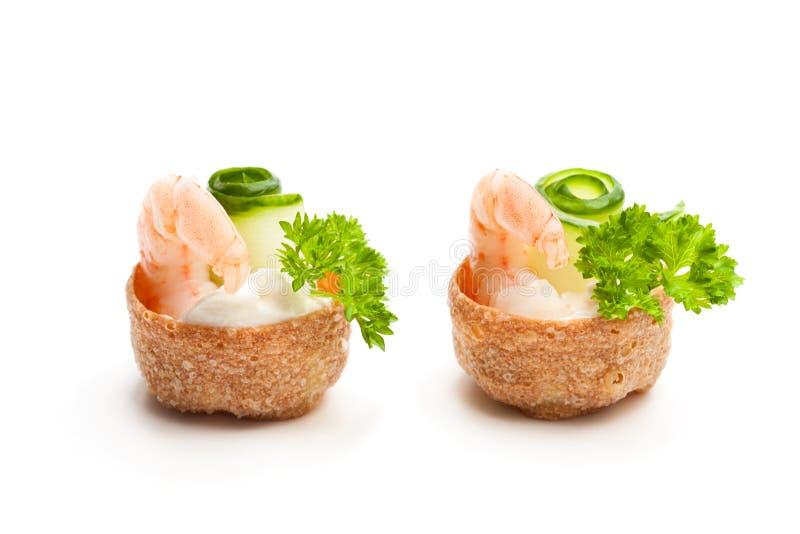 Pasteles curruscantes salados de los croustades rellenos con el queso cremoso y p fotografía de archivo