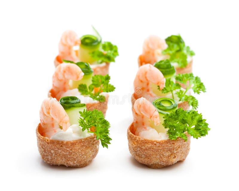 Pasteles curruscantes salados de los croustades rellenos con el queso cremoso y p imagenes de archivo