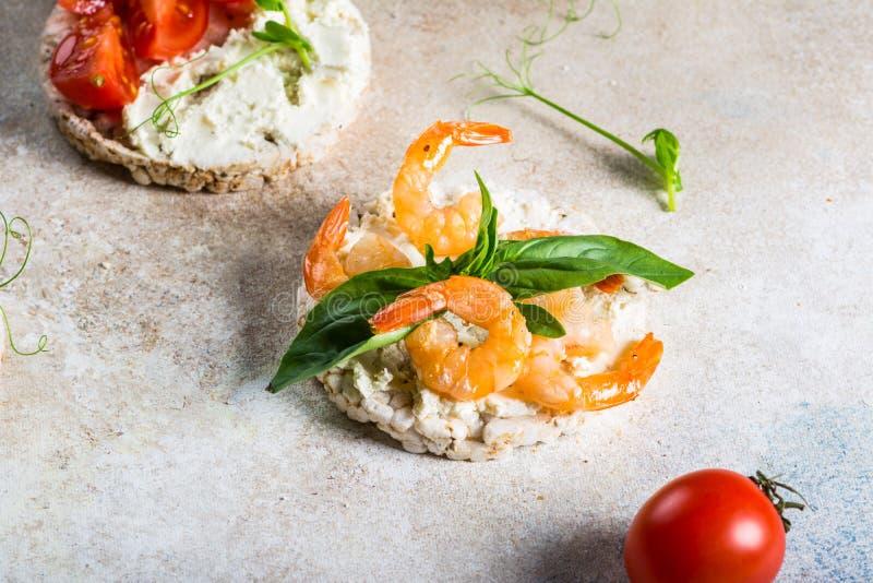 Pasteles de arroz inflados con gambas y aguacate a bordo Tentempiés de marisco Pan crujiente, costras de pan concepto de alimenta imagen de archivo