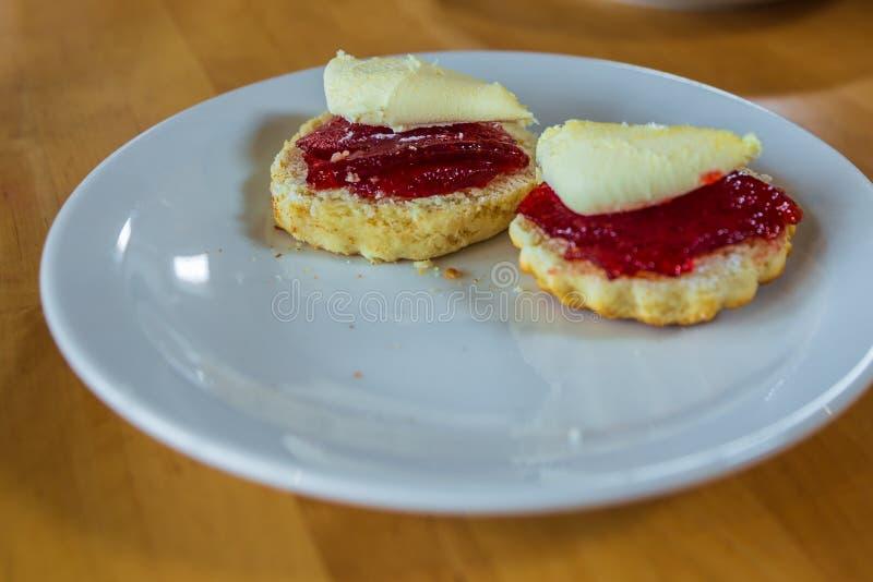 Pasteles de Cornualles tradicionales: scones con la mermelada de fresa foto de archivo