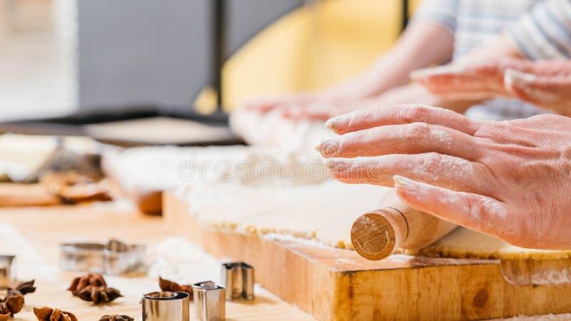 Pasteles de la comida de la panadería que cocinan la pasta rodante de la mujer foto de archivo libre de regalías
